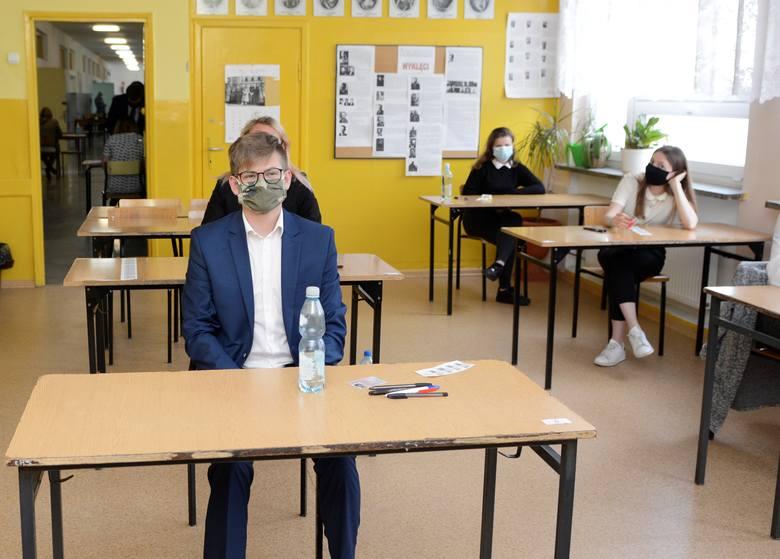 10 czerwca 2020 - tuz przed rozpoczęciem egzaminu maturalnego z języka angielskiego na poziomie podstawowym w Zespole Szkół Rzemiosła w Łodzi.