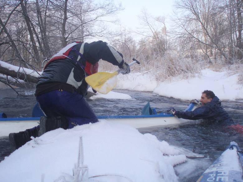 W tym przypadku, gdy ludzie wpadają do lodowatej wody, trzeba działać szybko - ewakuować się na brzeg i przebrać w suchą odzież. Taki los spotkał załogę