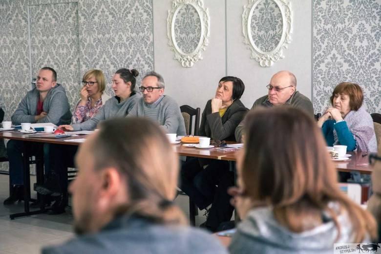 Pan Jarosław Łaźny (w środku, w okularach i popielatym swetrze) jest jedną z 29 osób, które otrzymały dotację na rozpoczęcie działalności w ramach projektu