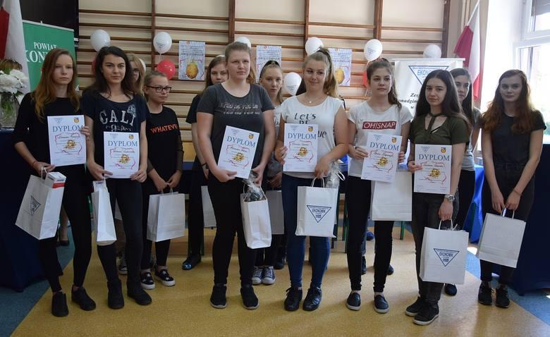 Do konkursu przystąpiło we wtorkowy poranek siedem dwuosobowych zespołów z klas gimnazjalnych z Końskich, Miedzierzy i Stadnickiej Woli. Dziewczęta miały