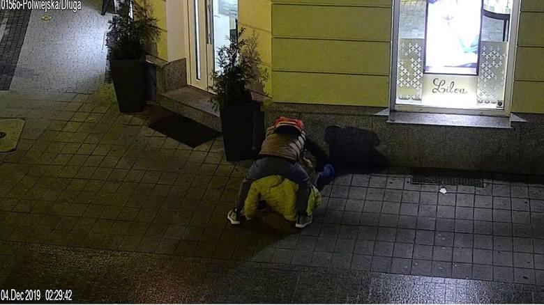 W środę, 4 grudnia około godz. 2.20 na ulicy Półwiejskiej napadnięto przechodzącego tamtędy mężczyznę. Napastnik pobił go i ukradł mu saszetkę, a następnie