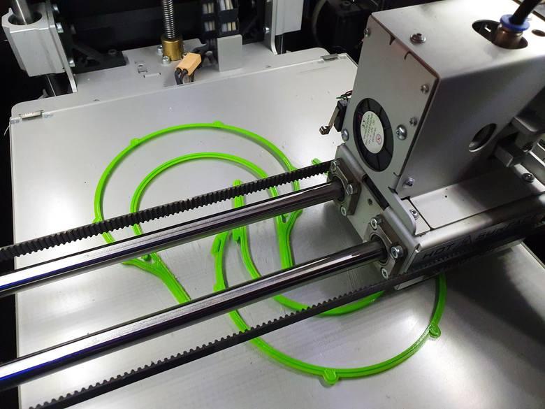 W ciągu 4 dni sześć drukarek na Politechnice wydrukowało 150 przyłbic dla pracowników służby zdrowia