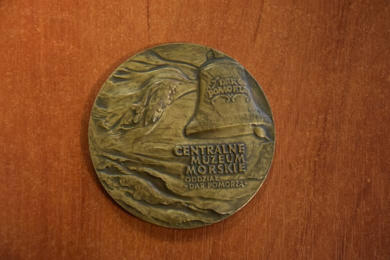 Torbę z medalami i odznaczeniami przyniósł 28 lutego do Komisariatu I przy ul. Reymonta taksówkarz.