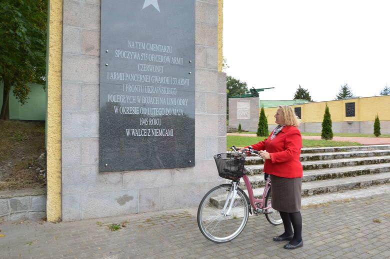 Ta mieszkanka Cybinki jest zdziwiona, że tablicy z wizerunkiem Stalina już nie ma, chociaż od zmiany tablicy minął już ponad miesiąc