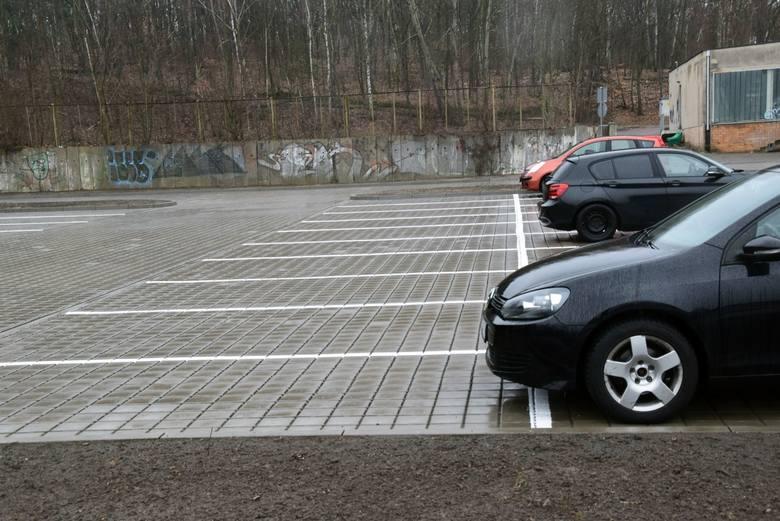 Nowe miejsca parkingowe w kampusie A uniwersytetu Zielonogórskiego przy ulicy Prof. Szafrana