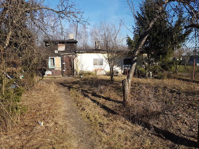 To tu rozegrał się dramat. 31-letnia Lidia M. urodziła synka do wiaderka, w którym w domu się załatwiano. Potem dziecko, pokłute nożyczkami, jej o 30 lat starszy znajomy Jerzy G. zakopał w pobliskim lesie. Przy porodzie była koleżanka - Paulina S. Też nie zrobiła nic, żeby uratować małego...