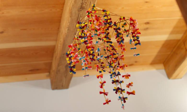 """Pająki to piękne ozdoby zawieszane u sufitu. - Wykonane były ze słomy i kolorowych bibułek - opowiada Ewa Cieśla ze stowarzyszenia """"Razem dla Białobok"""","""
