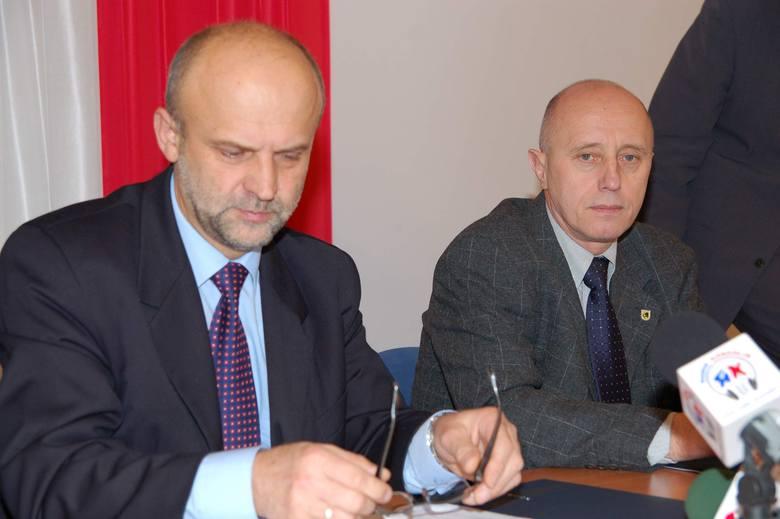 Starosta Krzysztof Lis (z lewej) i burmistrz Jerzy Hardie-Douglas podpisują koalicję w powiecie. 12 lat temu.