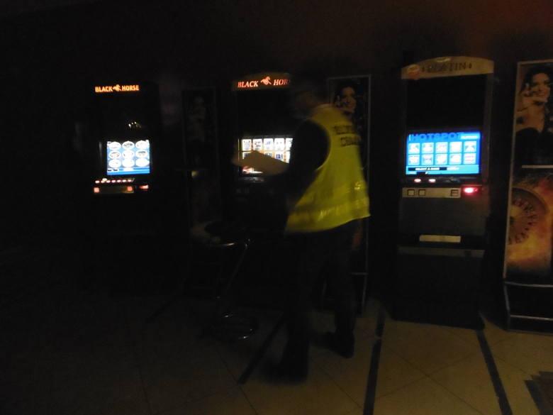 Funkcjonariusze Lubuskiego Urzędu Celno- Skarbowego w Gorzowie Wlkp. oraz policjanci z Żagania i Żar zlikwidowali osiem nielegalnych salonów gier hazardowych