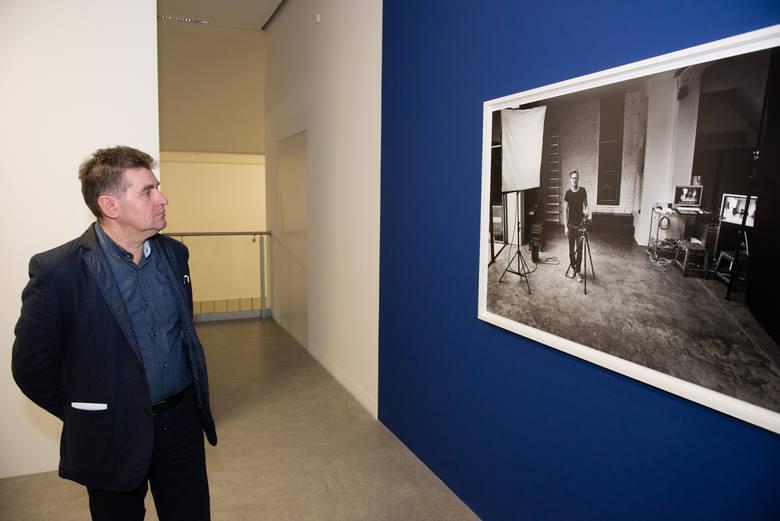 Prezes Jordanek, Grzegorz Grabowski, przygląda się pracom Bryana Adamsa.