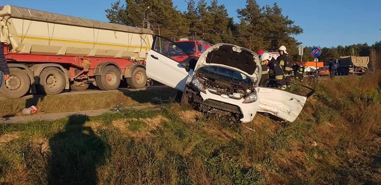 W pobliżu miejscowości Krupniki doszło do wypadku samochodu osobowego i pojazdu ciężarowego. Rannych trzeba było wydobyć przy pomocy specjalistycznego