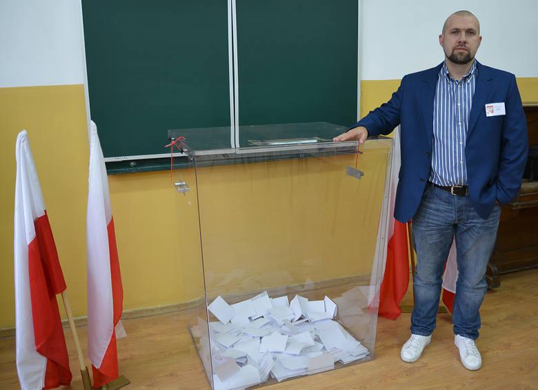 W lokalu wyborczym w Szkole Podstawowej nr 3 w Chełmży nad sprawnym przebiegiem wyborów czuwał m.in. Tomasz Kuchnik.Wyniki wyborów 2018 druga tura -