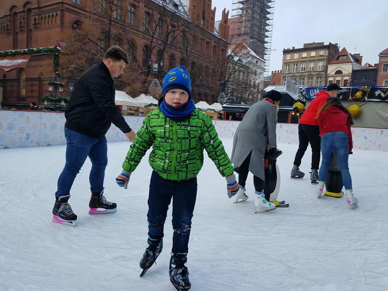 Podczas ferii (w dni powszednie, w godz. 10-15) dzieci i młodzież mogą bezpłatnie korzystać z lodowisk sezonowych w Toruniu. Atrakcje na lodzie czekają