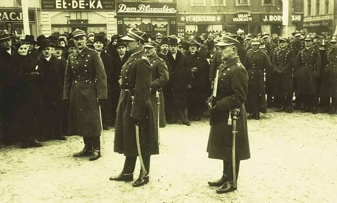 Władysław Liniarski urodził się 23 listopada 1897 r. niedaleko Szczekocin, znanych z przegranej bitwy okresu powstania kościuszkowskiego. W domu cieśli