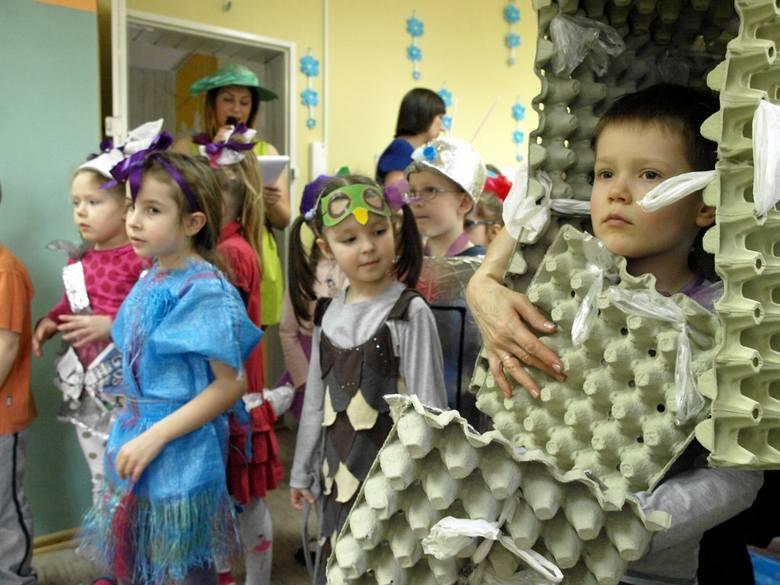Dzieci były przebrane w stroje własnego pomysłu i często wykonania.