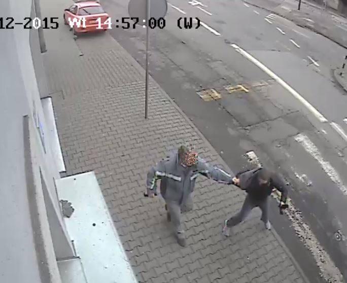 Sprawca napadu wszedł do sklepu przy ul. Bł. Czesława i grożąc pistoletem, zażądał wydania pieniędzy. Ekspedientka jednak zachowała zimną krew i odmówiła