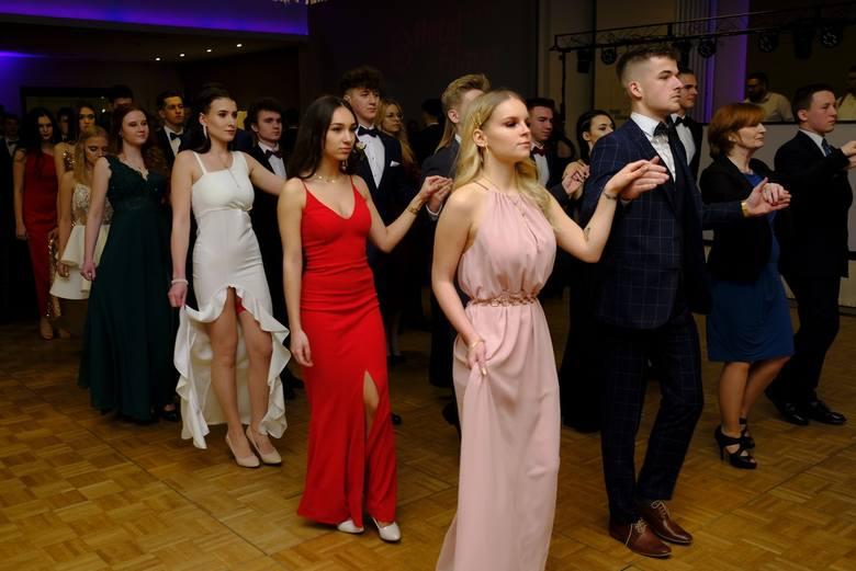 Maturzyści III LO w Toruniu bawili się na studniówce w Hotelu Filmar. Zobaczcie zdjęcia z balu!