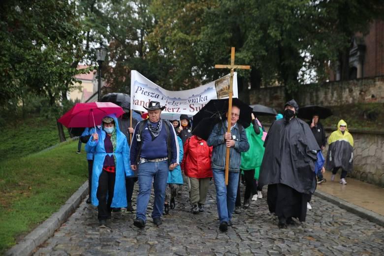 Deszcz, fatalna pogoda ani pandemia koronawirusa nie przeszkodziły w tym, by sandomierzanie wyruszyli w poniedziałek na trasę w pieszej pielgrzymce do