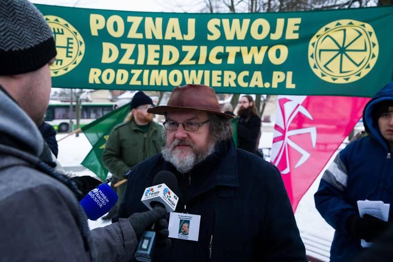 W centrum Choroszczy zorganizowali protest. Domagają się powrotu posągu na dawne miejsce. Zniknięciem Światowida zainteresowali już śledczych.