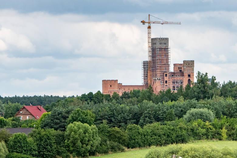 W ostatnim tygodniu znów wiele mówiło się o budowie zamku w Stobnicy koło Obornik. W czwartek, 16 lipca rano zatrzymano siedem osób, które przewieziono