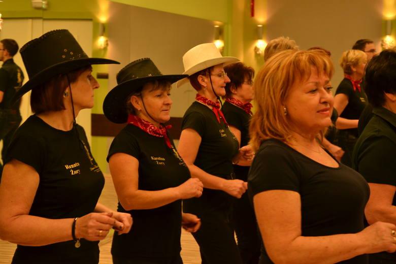 Zajęcia tańca liniowego, czyli takich stylów jak country, bachata i disco prowadzi dla słuchaczy UTW w Żorach Adam Foks.
