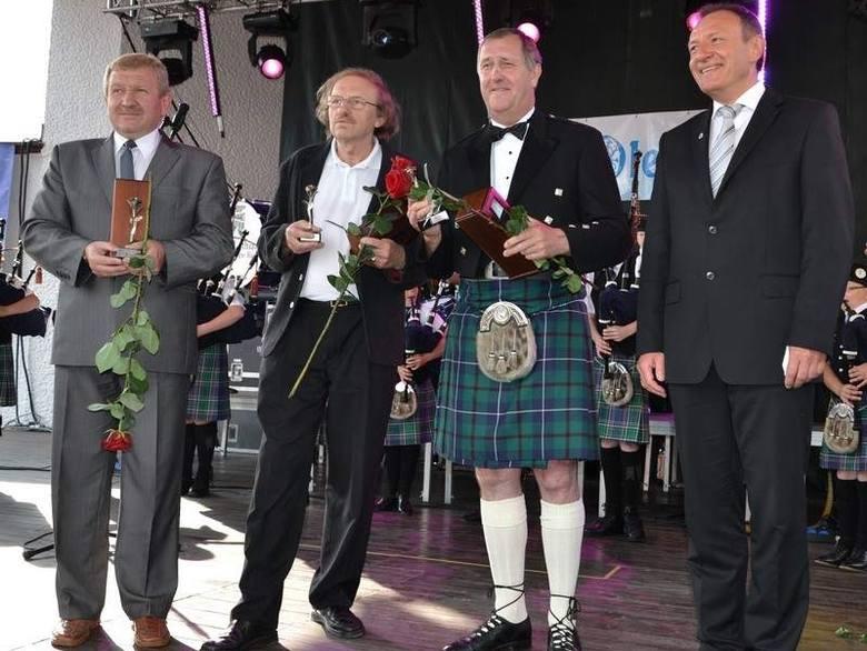 Laureaci Róży Olesna 2011. Od lewej: Stanisław Muszyński, Roch Antkowiak, Gordon Conelly i burmistrz Sylwester Lewicki.