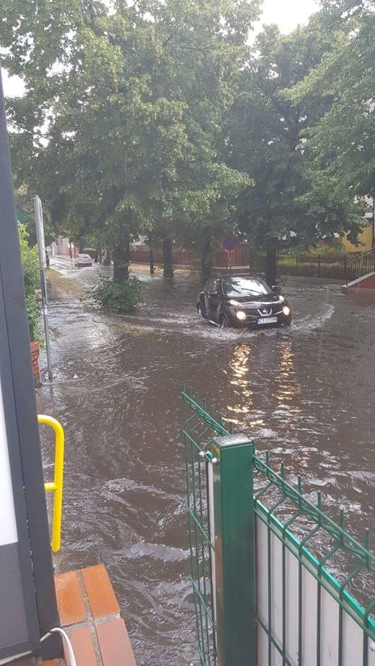 Wczoraj i dziś (13.07) przez Toruń przeszła ulewa. Deszcz był na tyle obfity, że pod wodą znalazły się wnętrza Centrum Bumar u zbiegu Lelewela i Grudziądzkiej. Zobaczcie też co działo się na ulicy Fałata, przy Wałach gen. Sikorskiego, Świętopełka... !