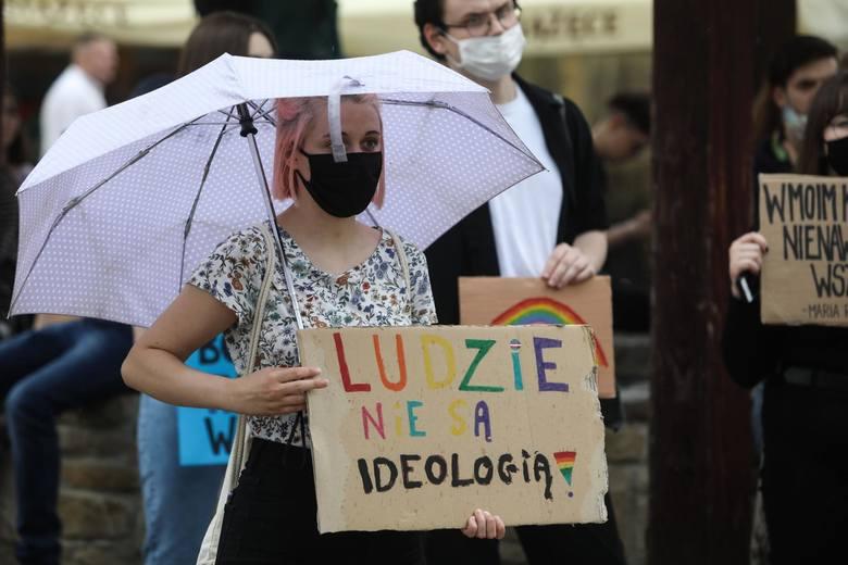 Protest w obronie środowisk LGBT na rzeszowskim Rynku. Czerwiec 2020.