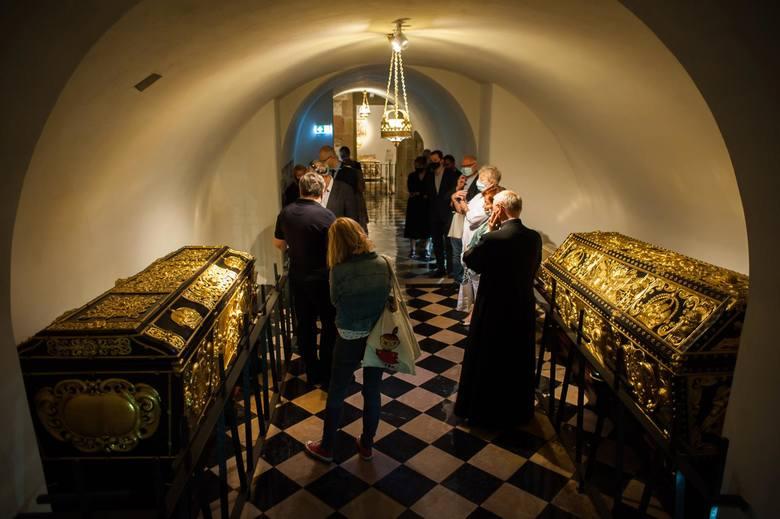 Komisja konserwatorska w kryptach katedry