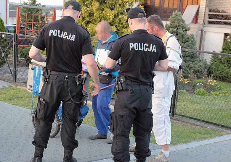 Policjanci pilnują porządku i stoją na straży prawa. Podczas interwencji spotykają się z różnymi reakcjami ludzi. Jedni i drudzy na niestosowne zachowania