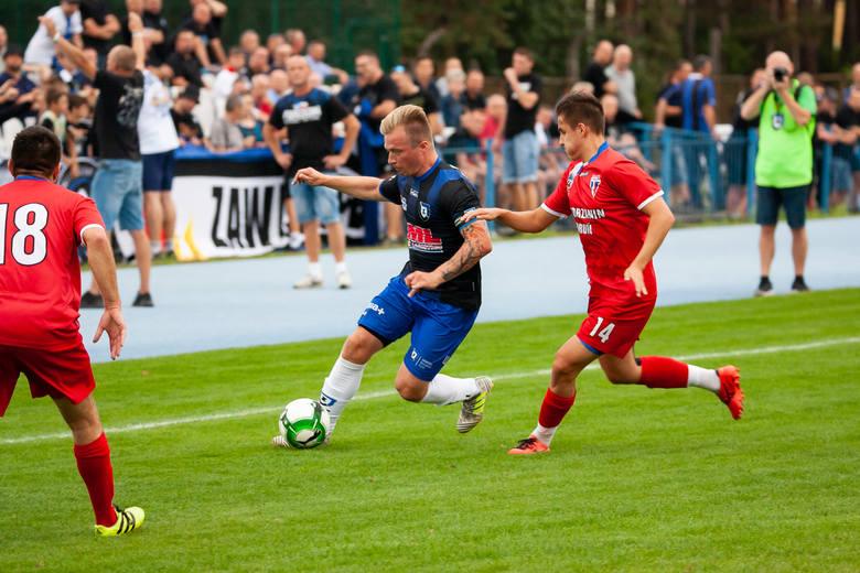 Beniaminek IV ligi Zawisza Bydgoszcz zaliczył podwójny falstart. Po 0:1 z Lechem Rypin podopieczni Jacka Łukomskiego przegrali na Sielskiej 0:2 z Pomorzaninem