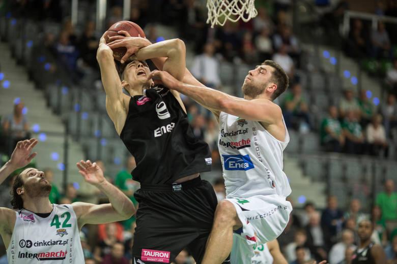 Fragment listopadowego meczu w Zielonej Górze. Punkty usiłuje zdobyć Kacper Borowski, broni Adam Hrycaniuk