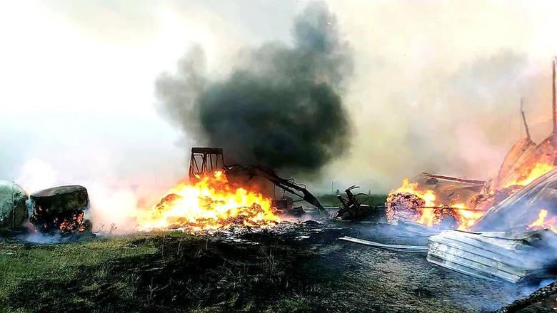 Jak podają strażacy z OSP Sztabin, po dotarciu na miejsce okazało się, że ogień strawił już całkowicie wiatę w której składowane były bele siana i zagrażał