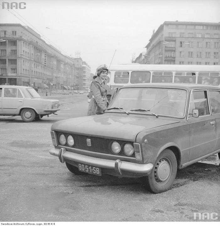 Milicjantka kontroluję kierowcę samochodu Fiat 125p na skrzyżowaniu ul. Marszałkowskiej i Al. Jerozolimskich w Warszawie.