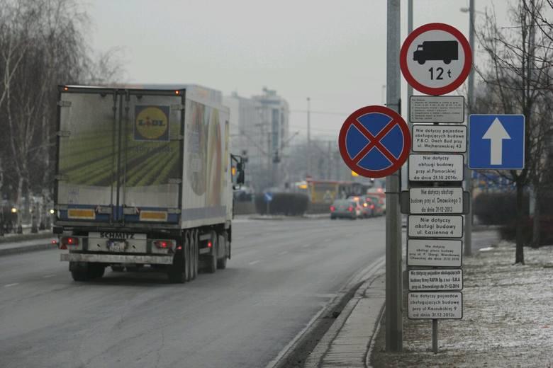 Chaos w oznakowaniu na Legnickiej. Znak zakazu i... 10 tabliczek (ZDJĘCIA)