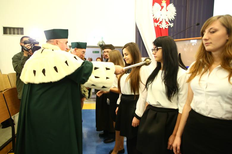 Centralnym punktem uroczystości jest tradycyjna immatrykulacja. Ślubowanie od studentów odebrał Mirosław Luft, prorektor do spraw dydaktycznych i studenckich.