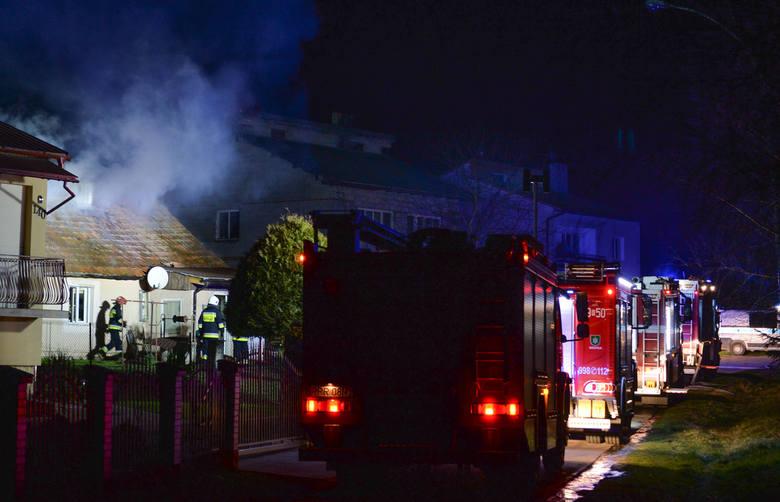 We wtorek około godz. 23 straż pożarna w Przemyślu odebrała zgłoszenie o pożarze drewnianego domu. Do Rożubowic wyjechały dwa zastępy PSP Przemyśl oraz