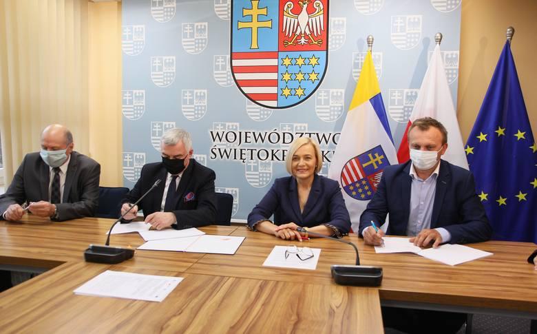 """W zawarciu umowy na dofinansowanie projektu """"antywirusowego"""", przygotowanego przez Starostwo Powiatowe w Sandomierzu, uczestniczyli ,od lewej: wicestarosta"""
