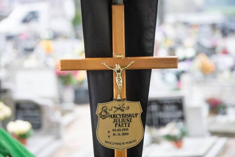 Abp Juliusz Paetz zmarł w piątek, w wieku 84 lat. W dniu jego śmierci poznańska kuria wydała komunikat, że zostanie pochowany w katedrze. Daty pogrzebu nie ujawniono wskazując na prywatny charakter uroczystości. Ostatecznie abp Juliusz Paetz nie został pochowany w katedrze lecz na niewielkim...