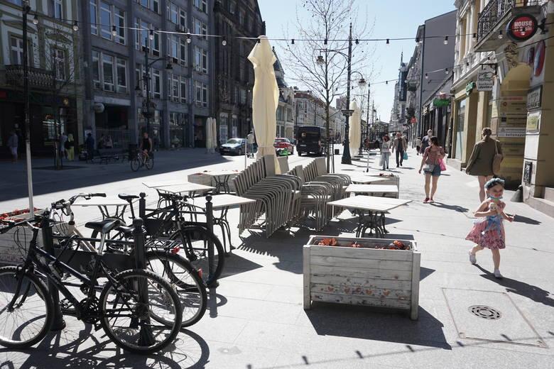 Na ulicę Piotrkowską od 15 maja wracają ogródki gastronomiczne. W sobotę ma się ich otworzyć aż 105.Gdzie będzie można usiąść? ZOBACZ NA KOLEJNYCH S