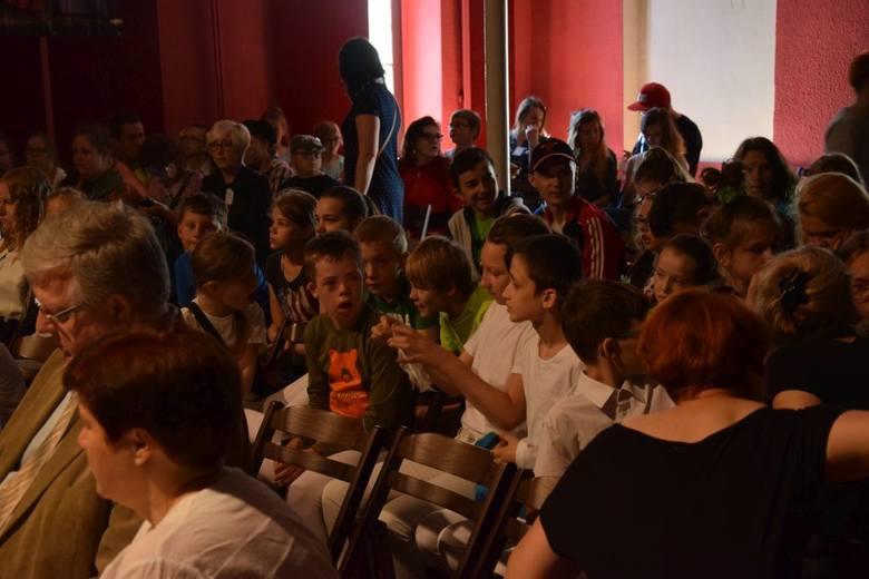 Grupa teatralna ze Specjalnego Ośrodka Szkolno-Wychowawczego  wystąpiła dziś (wtorek) podczas przeglądu zorganizowanego w Grudziądzu z okazji Światowego
