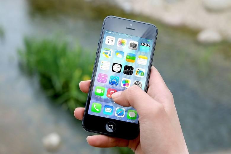 Telefon komórkowyPrzyda się także telefon komórkowy, ale - uwaga - nie po to by sobie nim oświetlać drogę. Telefon ma być przede wszystkim naszą asekuracją