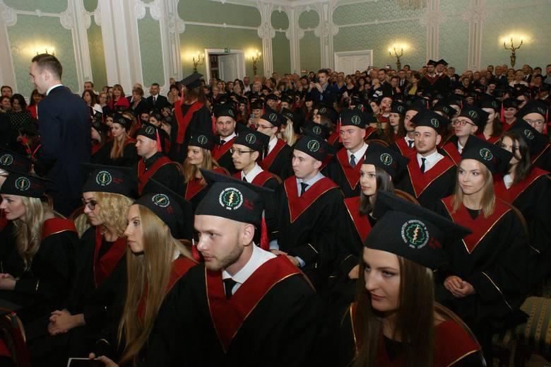 W poniedziałek w Auli Magna w Pałacu Branickich 170 absolwentów wydziału lekarskiego Uniwersytetu Medycznego w Białymstoku odebrało dyplomy.
