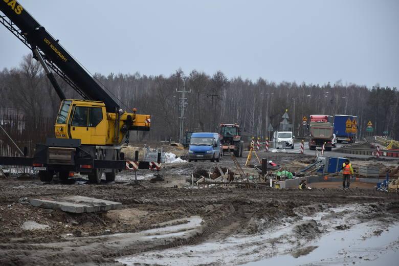 Krótko trwała zimowa przerwa na budowie  trasy S-5.  Choć pogoda kaprysi i warunki nie zawsze sprzyjają na odcinkach  przebiegających przez powiat nakielski