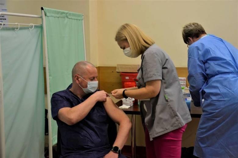 Zamieszanie z punktem szczepień powszechnych. Miał być w podstawówce, a będzie w szpitalu?
