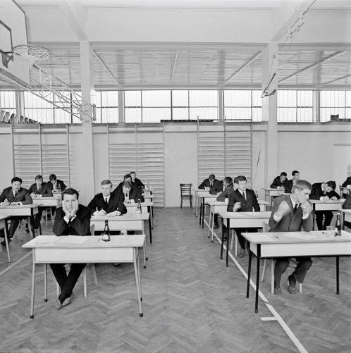 """Na zdjęciu nadal uczniowie nowohuckiego technikum zdający maturę 1 czerwca 1970 roku. Na egzaminie z polskiego mogli wybrać np. temat """"Obrazy krzywdy"""