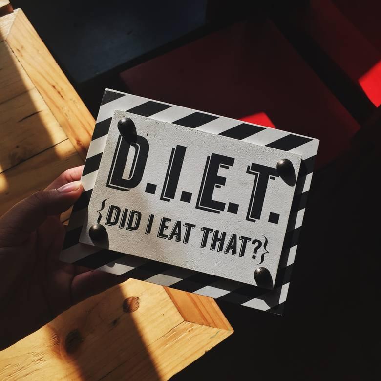 Fast food na diecie jest zakazany! Tak myślisz? Jeśli z bólem serca omijasz KFC czy McDonald's, zagryzając marchewkę i wmawiając sobie, że to hamburger,