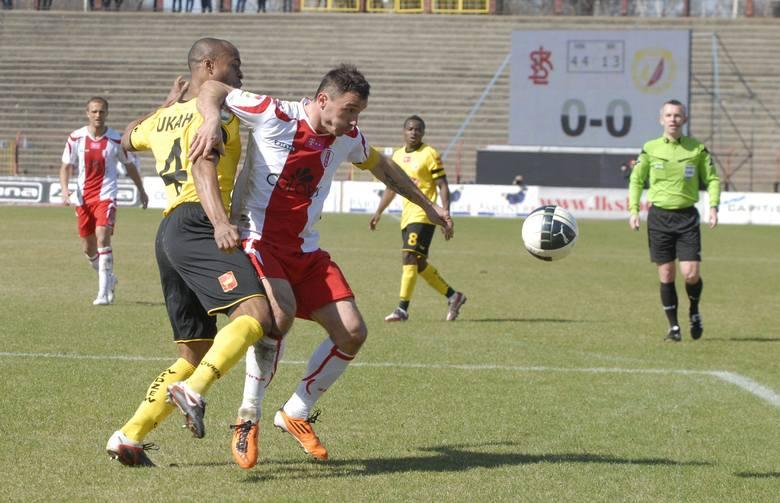 O piłkę walczą Ugo Ukah i Marek Saganowski