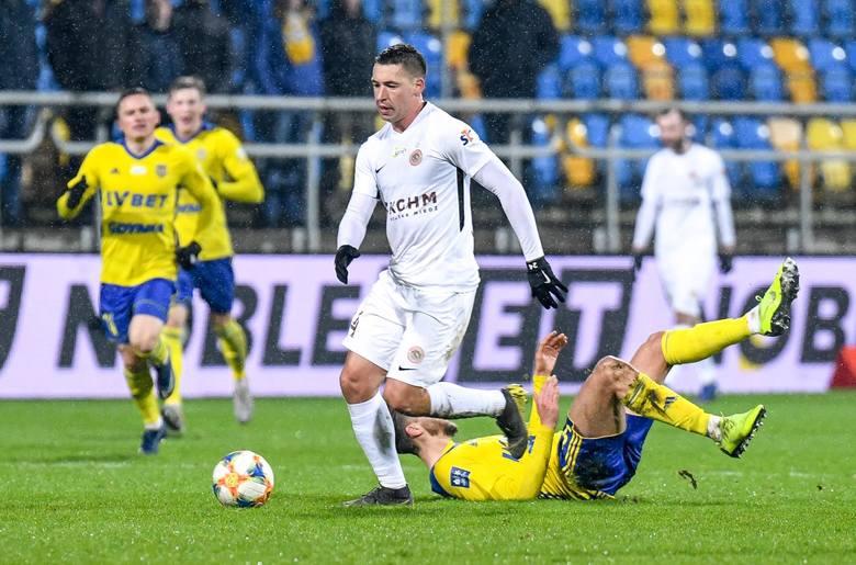 Znany z ostrych zagrań zawodnik zagrał w tym sezonie niemal we wszystkich meczach Zagłębia w tym sezonie. Z Miedziowymi związany jest od 2014 roku i