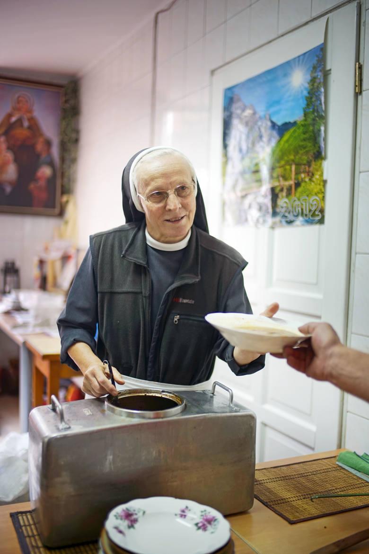 Elżbietanka s. Leopolda na ul. Łąkowej w Poznaniu od 5 lat rozdaje żywność ubogim
